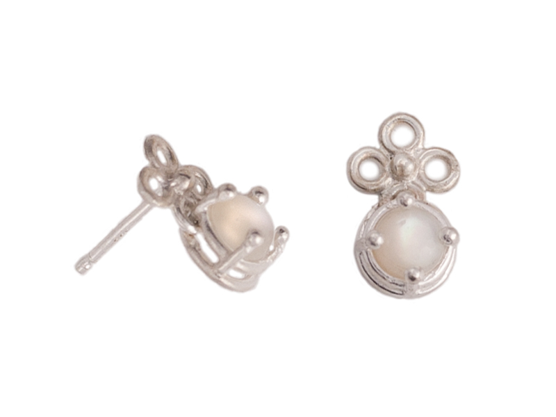 Mother of pearl stud earrings with flower.